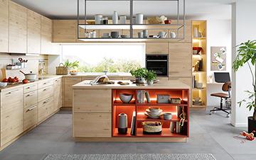 Dargestellt wird eine Holzfarbene Küche mit roten Akzenten.