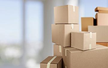 Dargestellt werden mehrere aufeinandergestapelte Kartons.