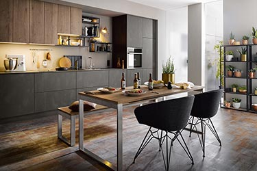 Dunkle, moderne Küche der Marke Leicht